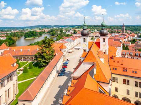Luftaufnahme von Telc mit Hauptplatz und Türmen der Kirche des Heiligen Namens Jesu, Tschechische Republik. UNESCO-Weltkulturerbe.