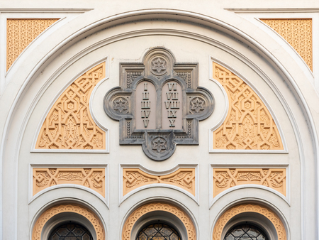 Picturesque and ornamental detail of facade of Spanish Synagogue in Josefov, Prague, Czech Republic. Imagens