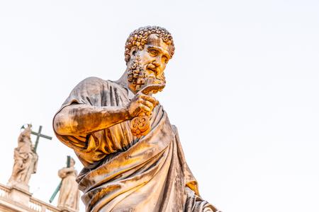 Statue of Saint Peter with key from Kingdom of Heaven. Vatican City. Standard-Bild