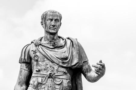 Estatua del emperador romano Julio César en el Foro Romano, Roma, Italia. Imagen en blanco y negro.