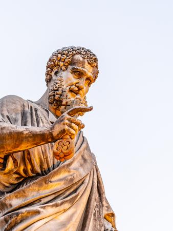 Statue des Heiligen Petrus mit Schlüssel aus dem Himmelreich. Vatikanstadt.