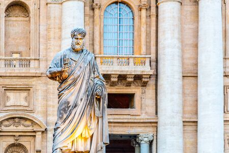 Statue des Heiligen Petrus mit Schlüssel aus dem Himmelreich. Vatikanstadt. Standard-Bild