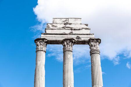 Tempio di Castore e Polluce, italiano: Tempio dei Dioscuri. Antiche rovine del Foro Romano, Roma, Italia. Vista dettagliata.