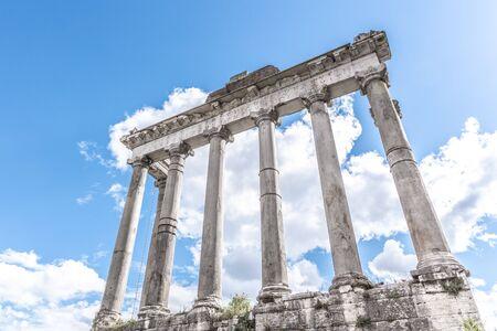 Tempio di Saturno - rovine con vecchie colonne storiche. Sito archeologico del Foro Romano, Roma, Italia.