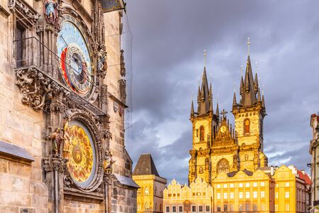 Astronomical clock, Czech: Orloj, and Church of Our Lady before Tyn at Old Town Square in Prgue, Czech Republic. Imagens
