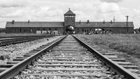Oswiecim, Polonia - 17 agosto 2014: cancello principale al campo di concentramento di Oswiecim-Brzezinka, Auschwitz-Birkenau, Polonia. Editoriali