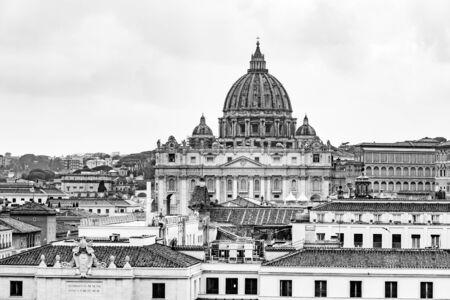 Vatikanstadt mit Petersdom. Panoramablick auf die Skyline von Castel SantAngelo, Rom, Italien. Schwarz-Weiß-Bild.