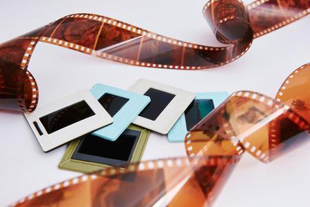 película y diapositivas sobre un fondo blanco, en una hermosa composición