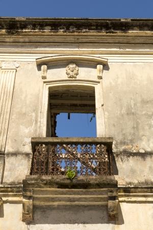balcony door: puerta del balc�n colonial en las ruinas con cielo azul que muestra a trav�s de Foto de archivo