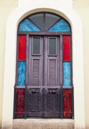 balcony door: encantadora y antigua puerta de la terraza espa�ola con un llamador de la puerta de San Juan, Puerto Rico
