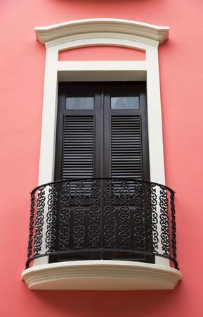balcony door: encantadora y antigua puerta de la terraza espa�ola en rosa brillante pared Rosa San Juan, Puerto Rico