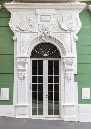 Rénovée, vieille porte en espagnol avec le portail décoratif sur mur vert à San Juan, Puerto Rico Banque d'images - 25675092