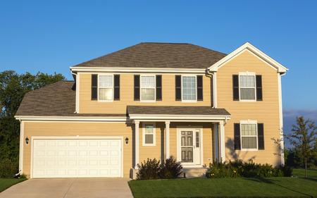 moderne gele vrijstaand huis in de buitenwijken