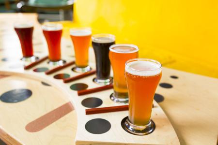bier vlucht van zes steekproeven glazen pils, pils, ale, porter, en stout ambachtelijke bier Stockfoto