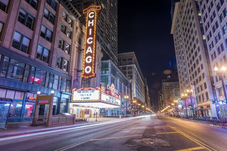 CHICAGO, IL - FEBRUARY 18, 2018: Famous Chicago Theatre neon sign and night street scene. 新聞圖片