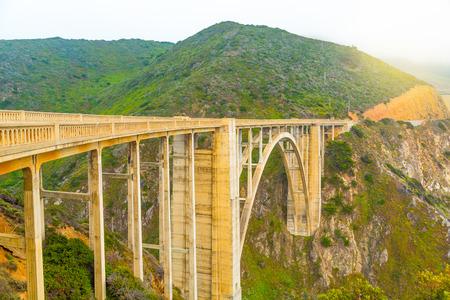 Bixby Bridge on Pacific Ocean coastline in Big Sur, California 版權商用圖片