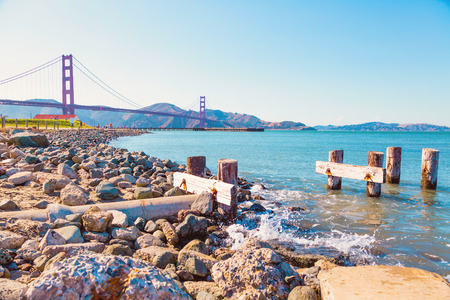 People running on sunny weekend by Golden Gate Bridge in San Francisco, California 新聞圖片