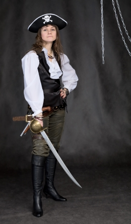 sombrero pirata: La chica - pirata con un sable en manos de un fondo negro