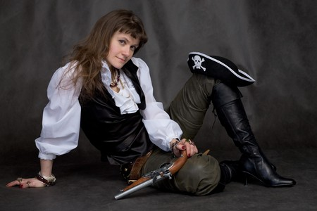 piratenhoed: Meisje op zwart met een pistool en piraten hoed