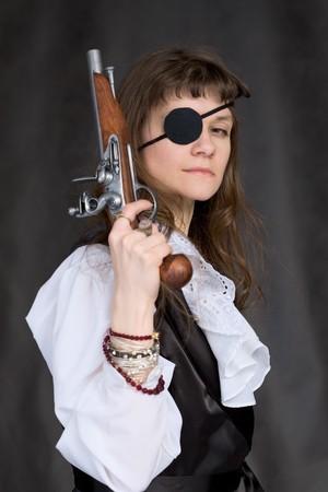 Girl - Pirat mit Pistole in der Hand und Augenklappe im Gesicht