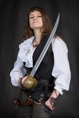 mujer pirata: La chica - pirata con un sable en manos de un fondo negro