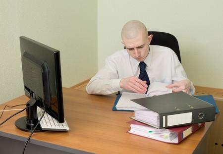 bookkeeper: El tenedor de libros en un lugar de trabajo en la oficina de Foto de archivo