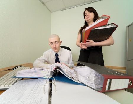 bookkeeper: El contable y el secretario en un lugar de trabajo en la oficina