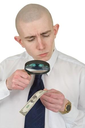 dinero falso: El hombre de estudiar una falsificaci�n de dinero por medio de una lupa Foto de archivo