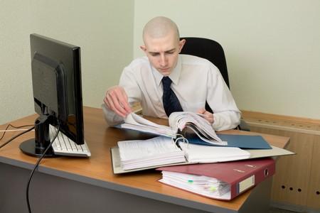 bookkeeper: Los libros en un lugar de trabajo en la oficina