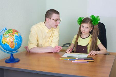 globe terrestre dessin: La jeune fille et son fr�re avec les crayons de couleur