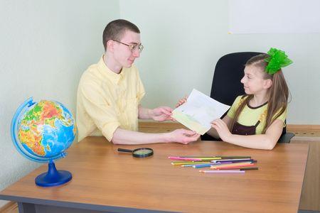 globe terrestre dessin: La jeune fille � nouveau dessin montre le fr�re