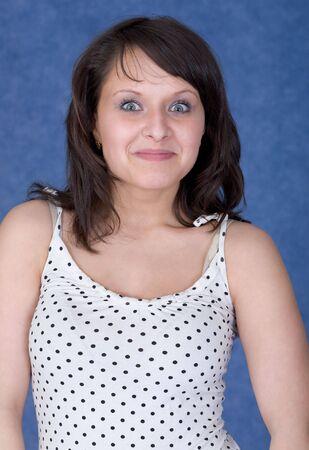 asombro: Retrato de dama en el asombro fondo azul Foto de archivo