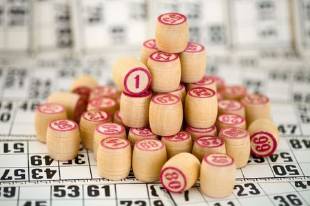 wavering: Wooden counters of bingo with red digits on cards