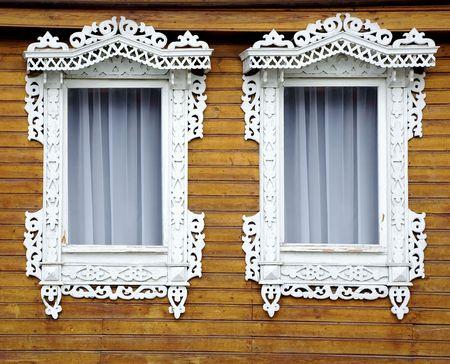marcos decorados: Dos ventanas de madera vieja pared de la casa amarilla Foto de archivo