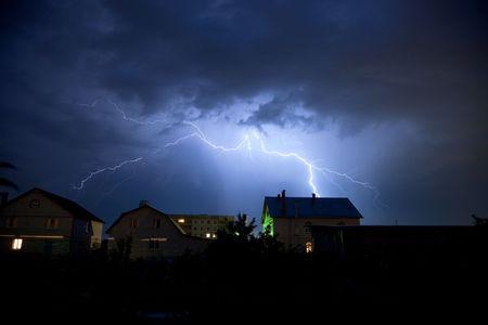cielo tormenta: Rel�mpago en el cielo y nubes de tormenta sobre la aldea