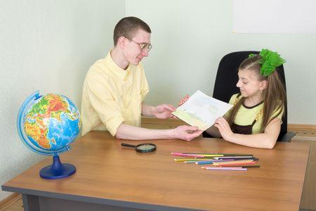 globe terrestre dessin: La jeune fille montre le dessin de nouveau au fr�re