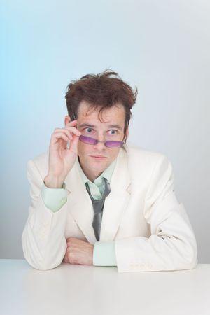 zerzaust: Die zerzauste junger Mann in Brillen sitzen an einem Tisch