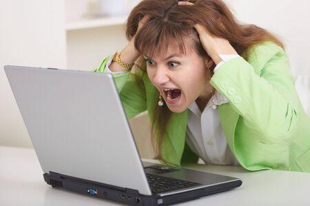 mujer decepcionada: La mujer decepcionada con el di�logo en la Internet