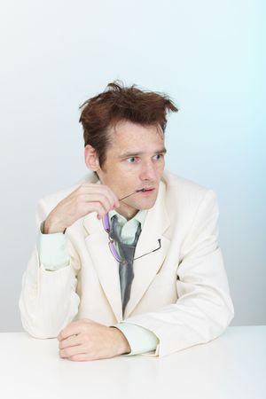 zerzaust: Der verwirrte zerzauste Mann sitzt an einem Tisch