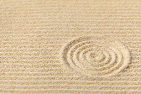Composition abstraite - Jardin zen avec cercles concentriques de rock japonais.