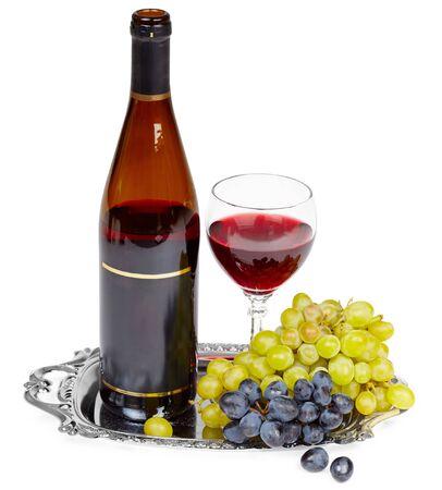 bandejas: Hermosa still life - una botella de vino, uvas en una bandeja de metal y vidrio