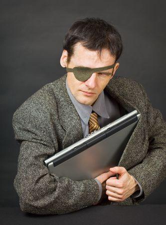 stola: Computer-Piraten Stahl einen Laptop mit vertraulichen Informationen Lizenzfreie Bilder