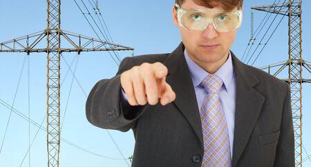 redes electricas: Ingeniero de seguridad en redes el�ctricas estrictamente se�al� su dedo