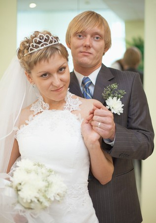 Happy newly-married couple - a smart portrait in a solemn hall Banque d'images