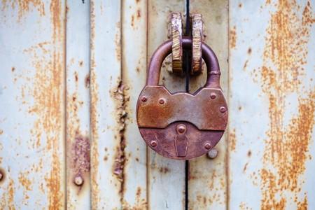 oxidated: El gran candado antiguo sobre una puerta