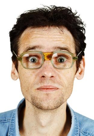 zerzaust: Die am�sante zerzausten Mann in alten l�cherlich Brillen, isolated on white  Lizenzfreie Bilder