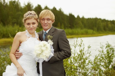 Portrait of newlyweds in an outdoor - summer Banque d'images