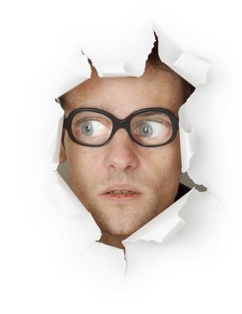 amusant: Homme dr�le dans une vieille verres � la recherche du trou isol� sur fond blanc