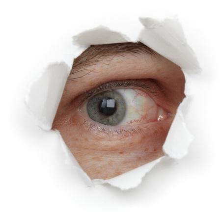globo ocular: Ojo de la persona en un agujero close up aislados sobre fondo blanco