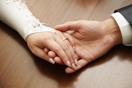 casados: Las manos de una pareja de reci�n casados close up